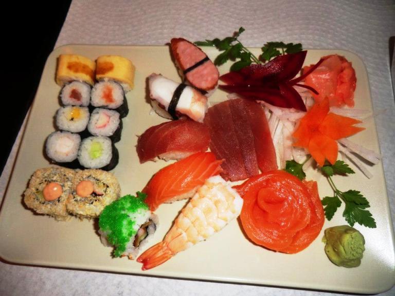 Restaurante japon s koi sushi carapaus de comida for Comida para carpas koi