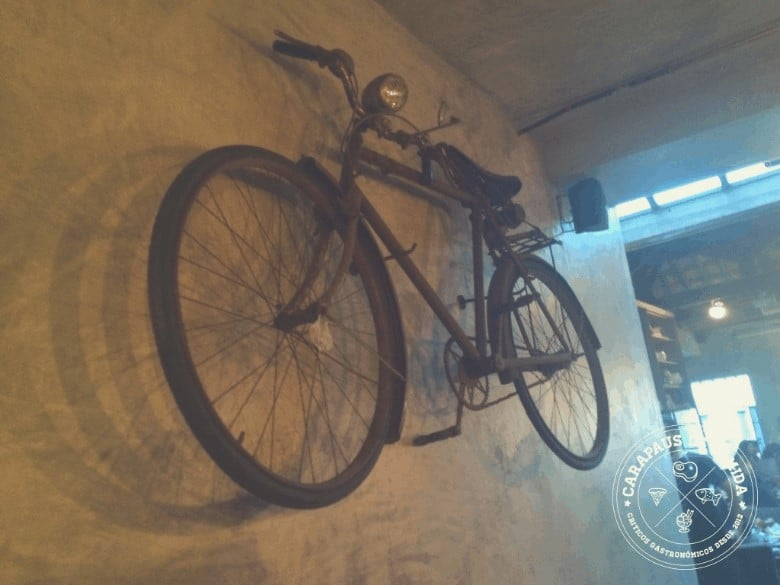 A bicicleta na parede do Cantina 32
